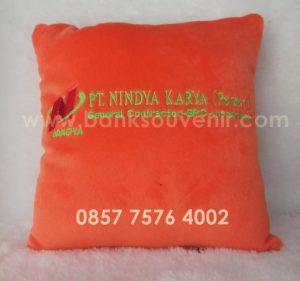 Bantal kotak Souvenir & Promosi BUMN Nindya Karya