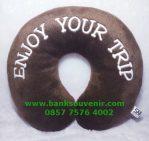 Souvenir bantal leher enjoy your trip